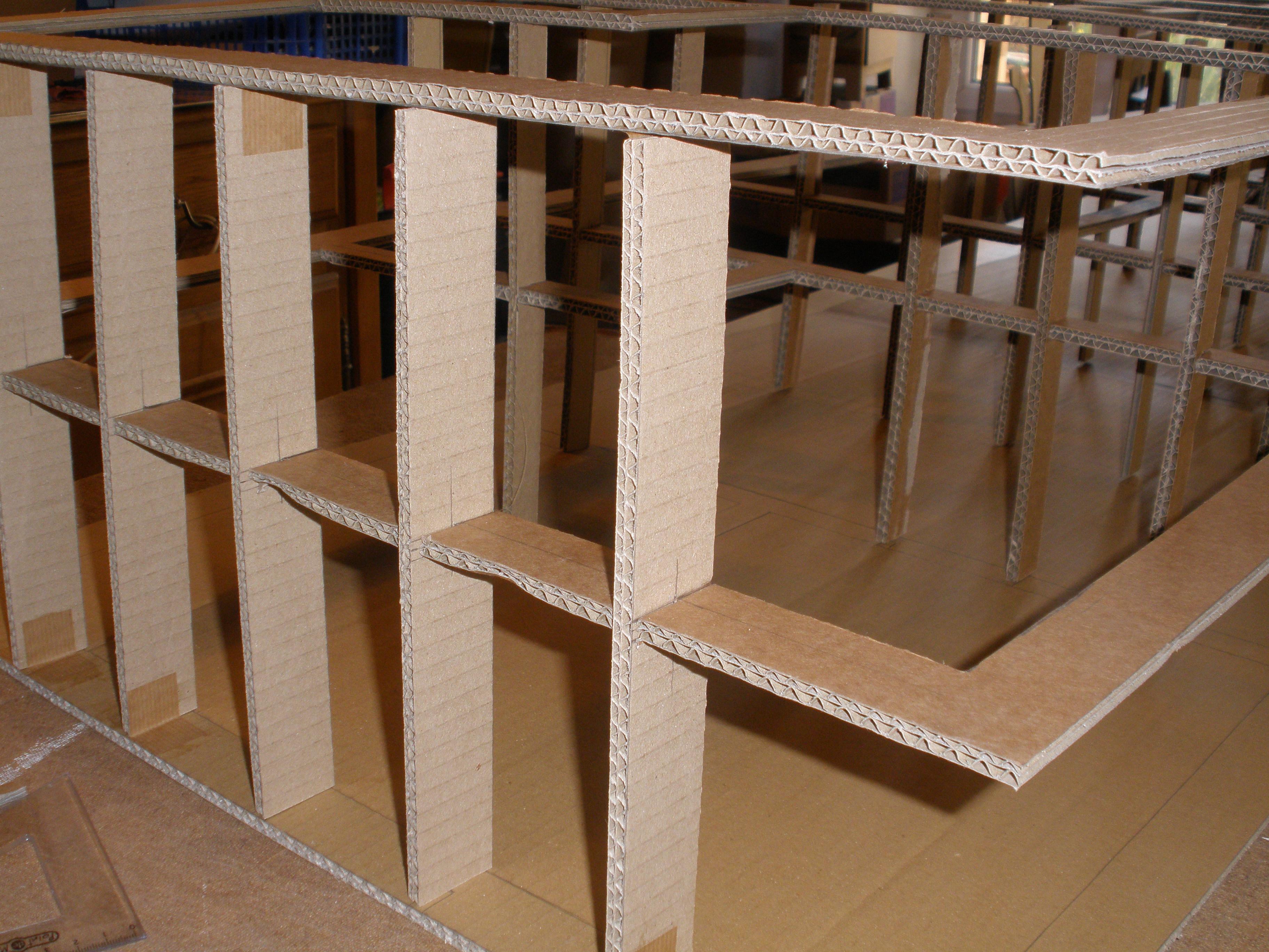 Squelette d'une bibliothèque en carton. Technique des traverses croisées.
